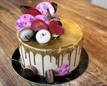 Drip cake de chocolate dorado